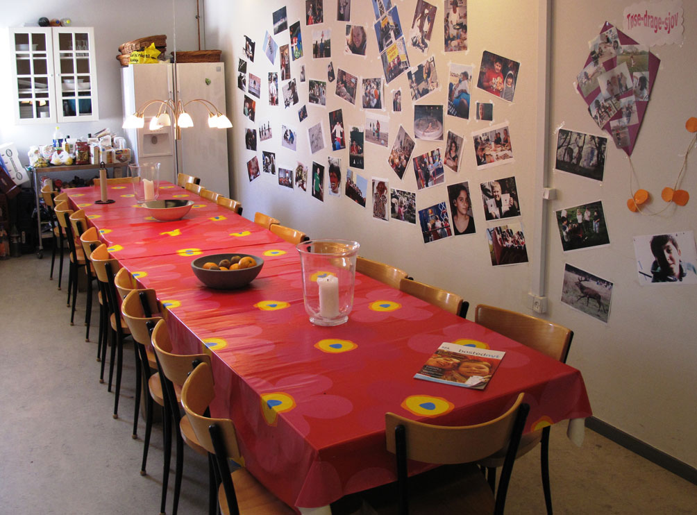 Foto af et bord inde i børnehuset