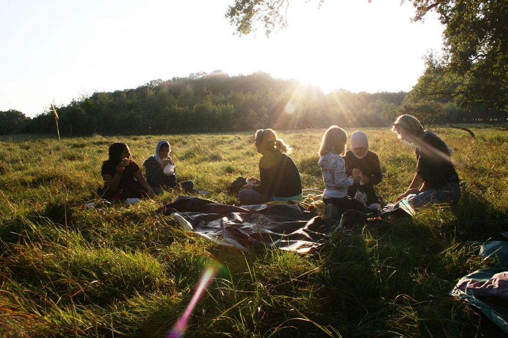 Foto af mennesker som spiser frokost i naturen