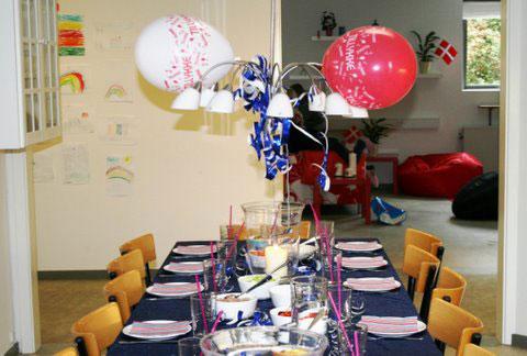 Foto af et fødselsdagsbord med balloner og terpentiner