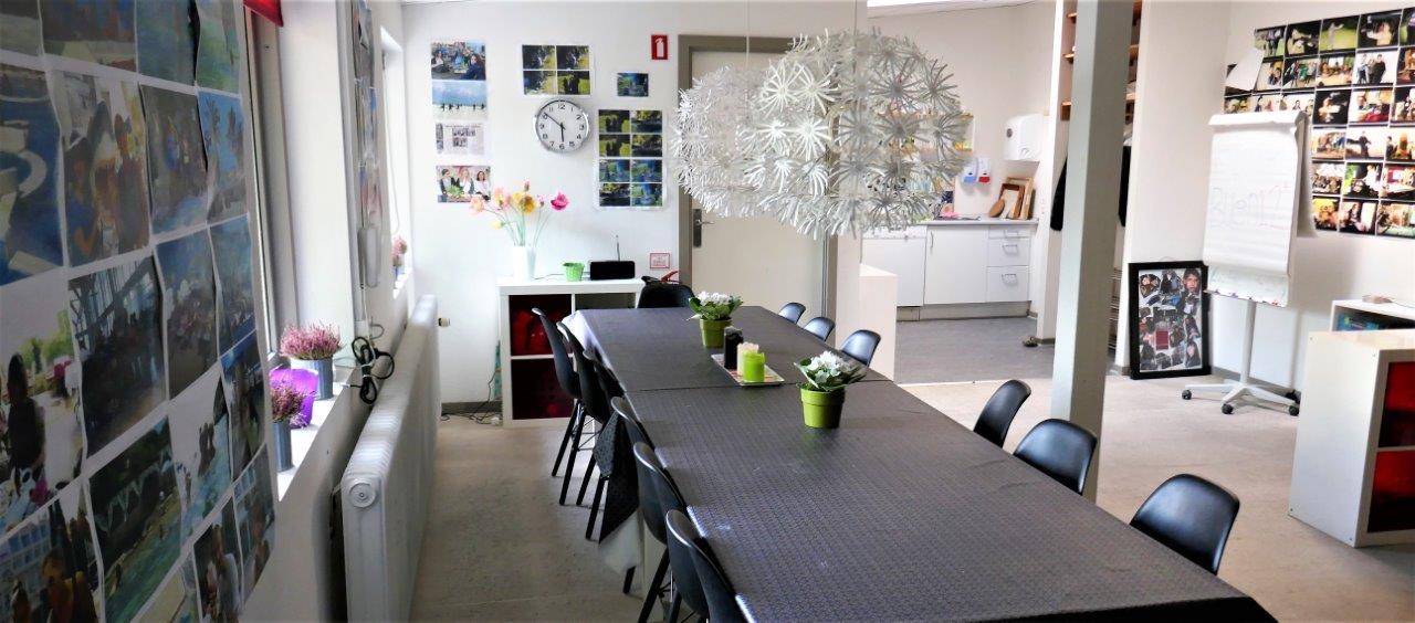Foto af et rum med et langt spisebord