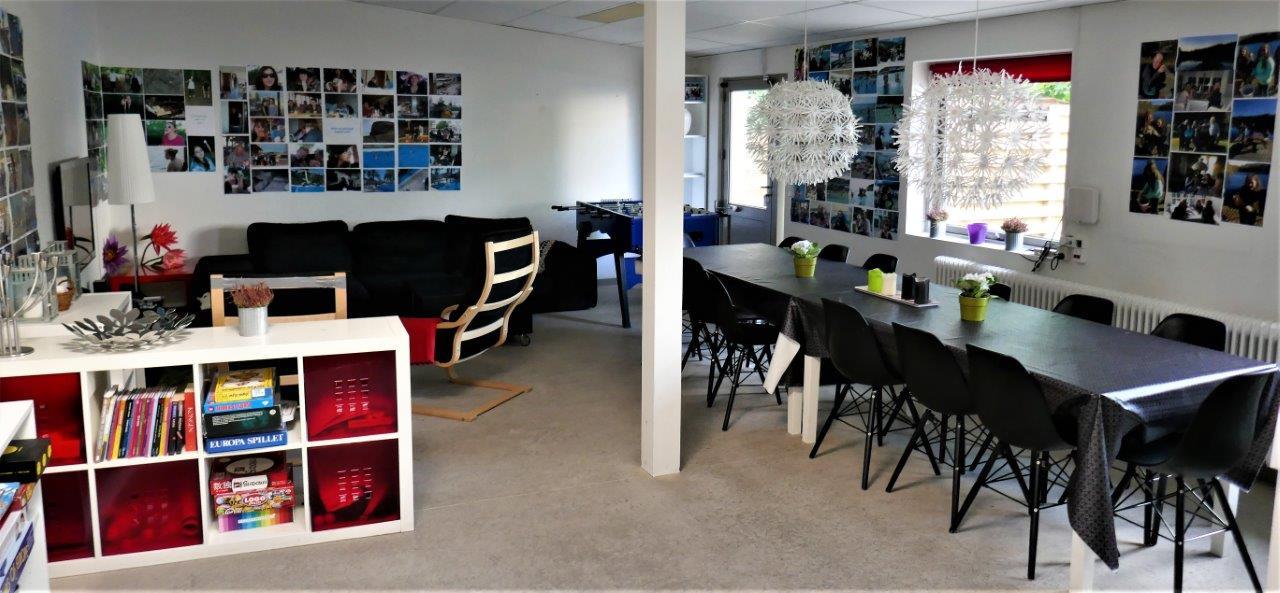 Foto af et rum med spisebord og sofa