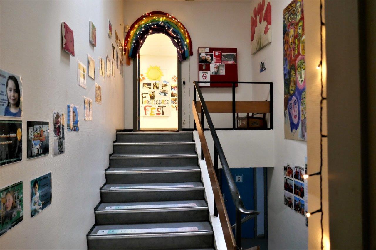 Foto af indgangen til børnehuset