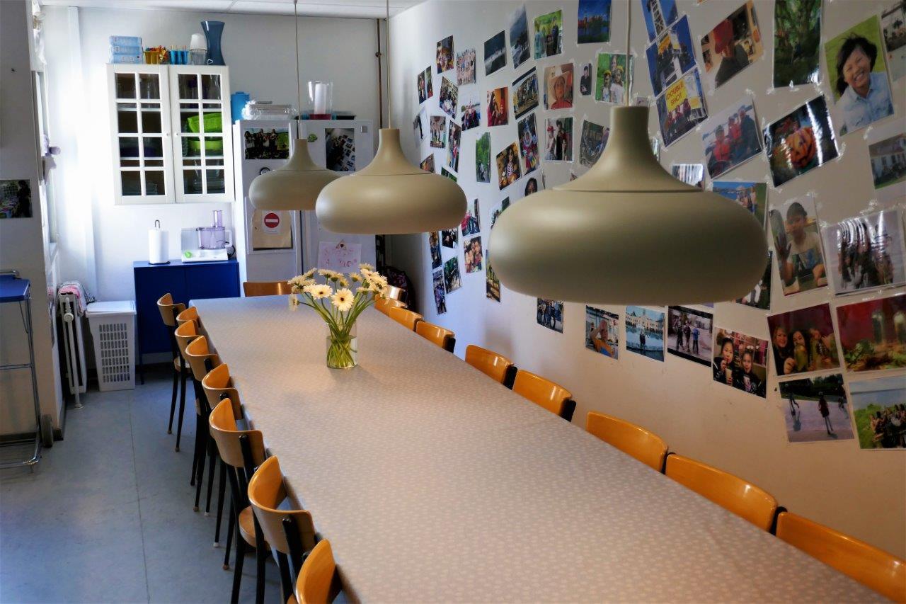 Foto af spisebordet i Børnehusets Køkken dækket op med Blomster