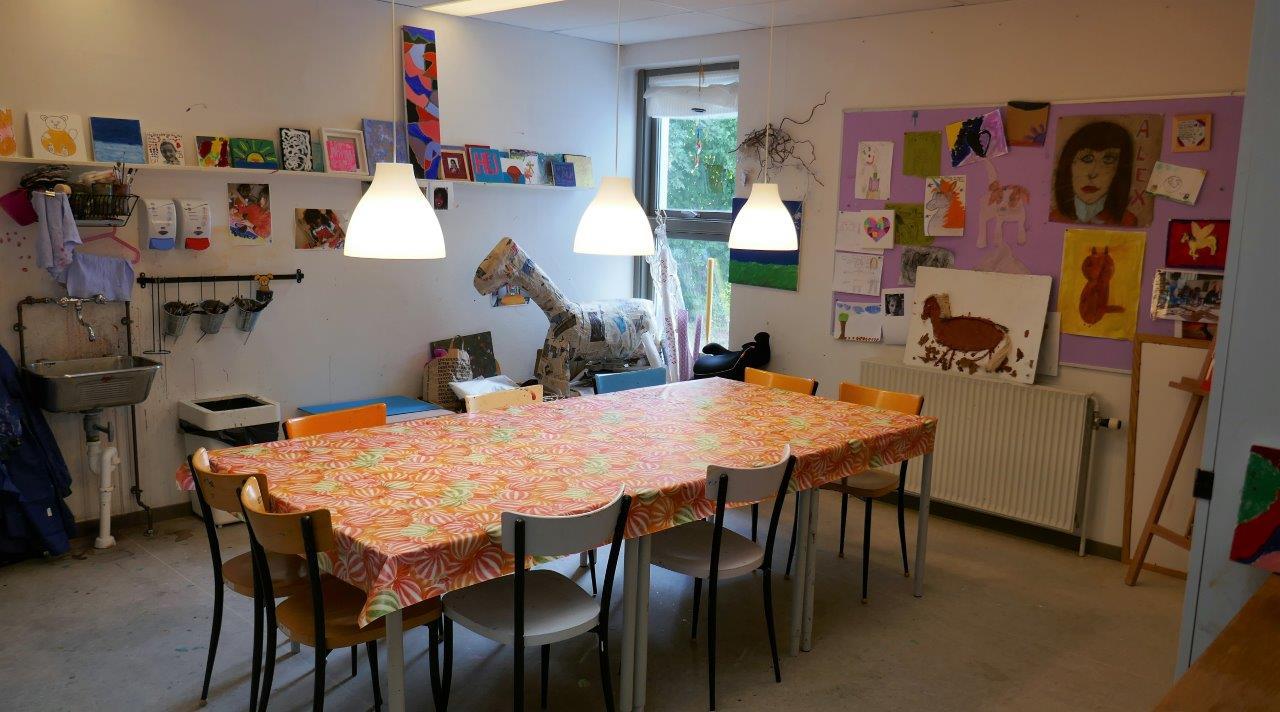 Foto af et bord i et kreativt værksted for børn
